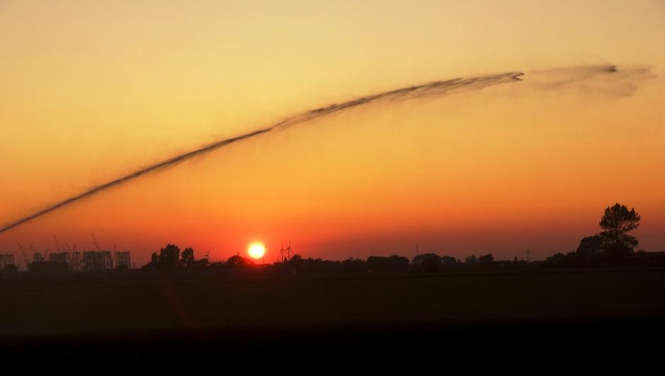 ondergaande zon met straal van beregenen
