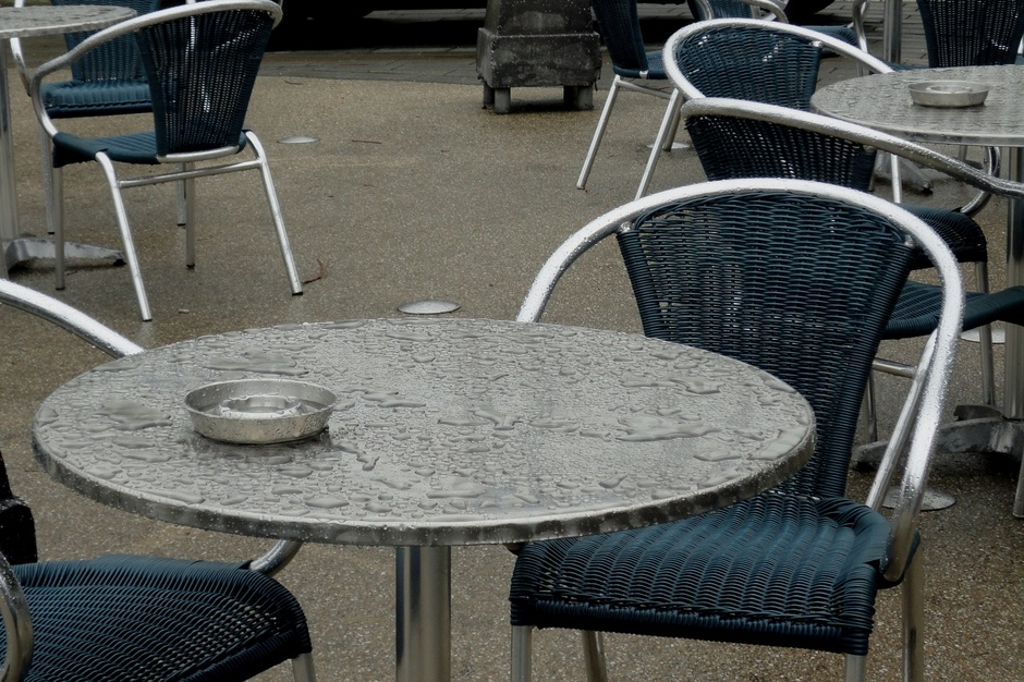 Regen nat terras, beregende bril klaprozen, grijze lucht bootjes