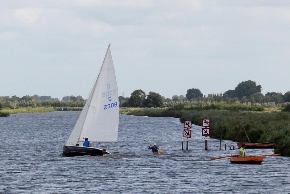 Combifoto 28 gr. vorig jaar grijs nu. zeilboot in wind, grijze polder molens