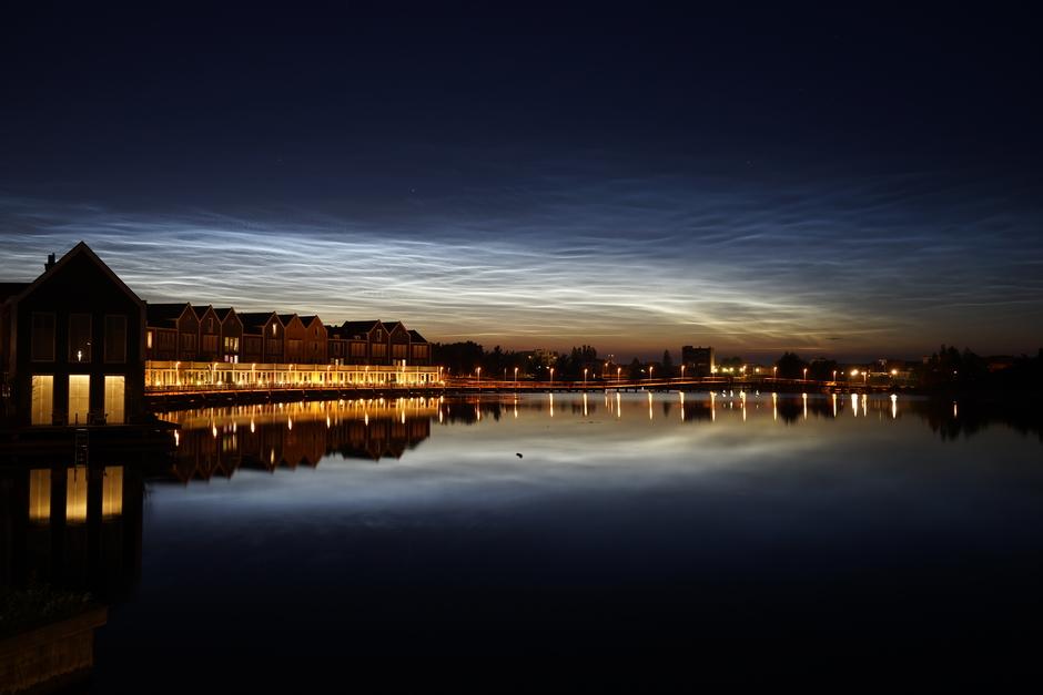Lichtende nachtwolken boven Houten