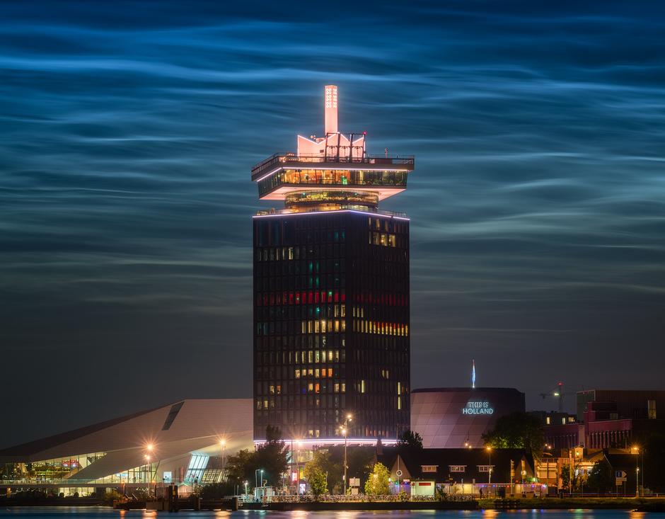 Lichtende nachtwolken boven Amsterdam