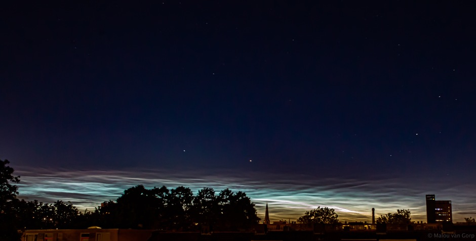 Lichtende nachtwolken boven Tilburg