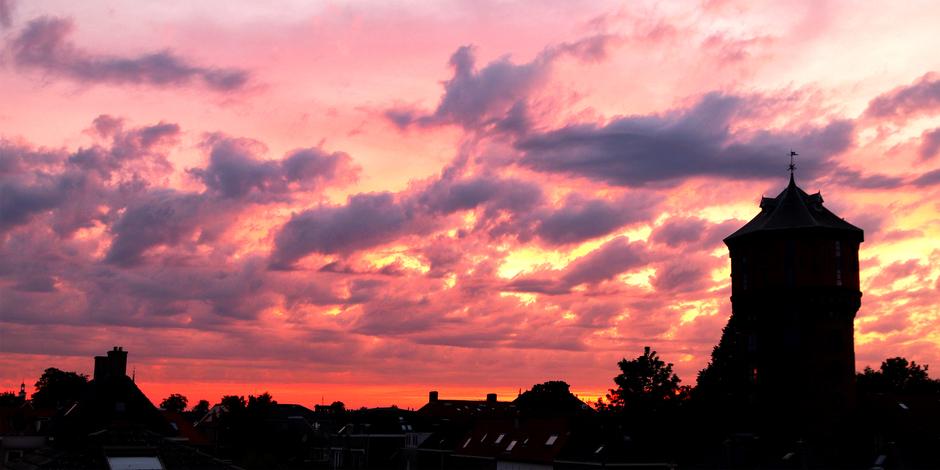 Kleurrijk avondlicht boven Gorinchem