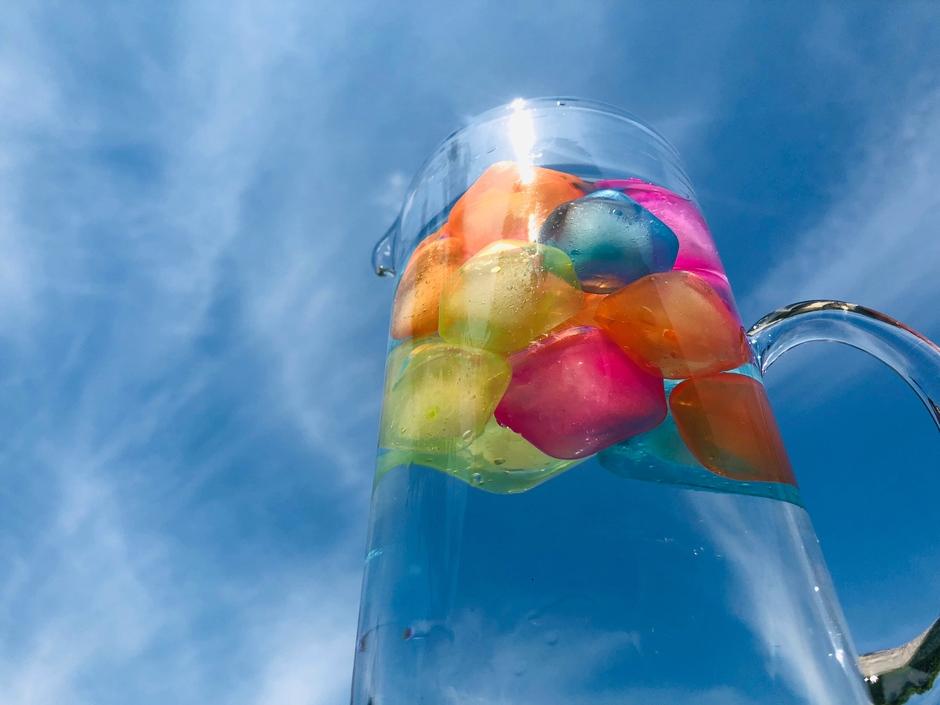 Keep it koel Waterkan met kleurige ijsblokjes