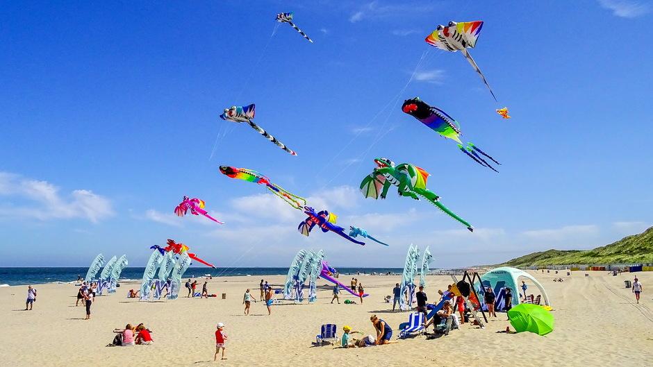 zon en ideaal weer vrolijke vliegershow