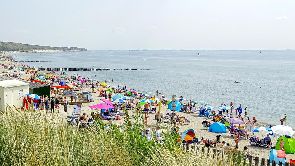 zon en drukte op strand