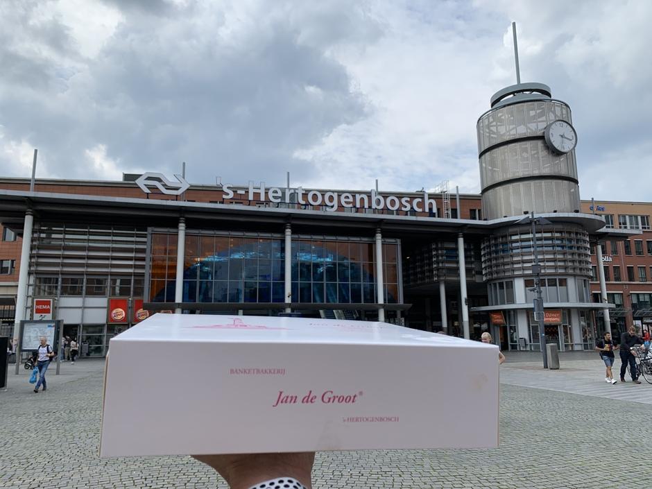 Bewolkt boven Den Bosch, maar die dingen in de doos maken mijn smaakpupillen vanavond wel zonnig 😋