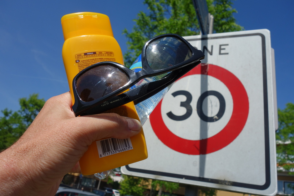 Hoge UV, 30 graden, zonnebril