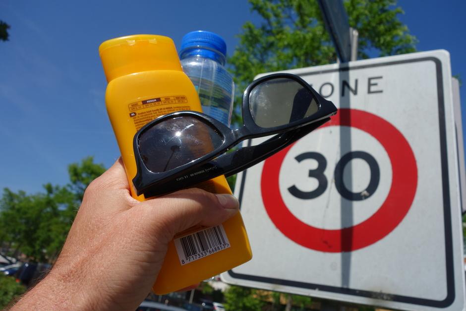 Hoge UV, 30 graden, zonnebril en water