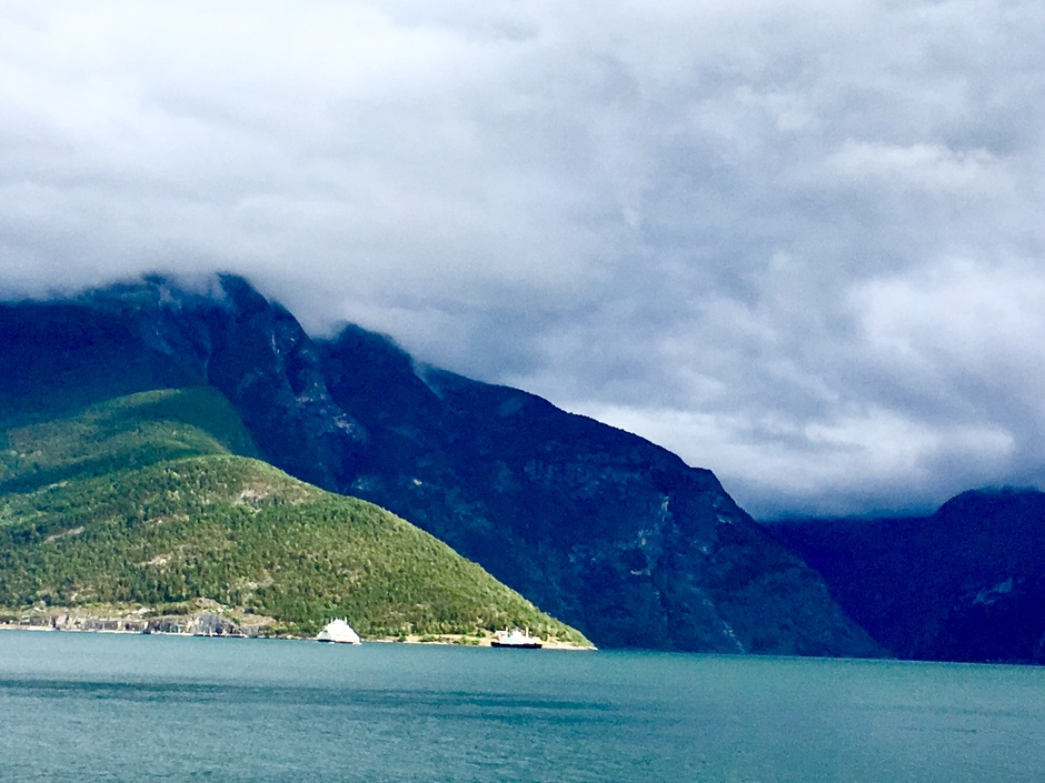 Ferry over Sognefjord bij Laerdal, Noorwegen