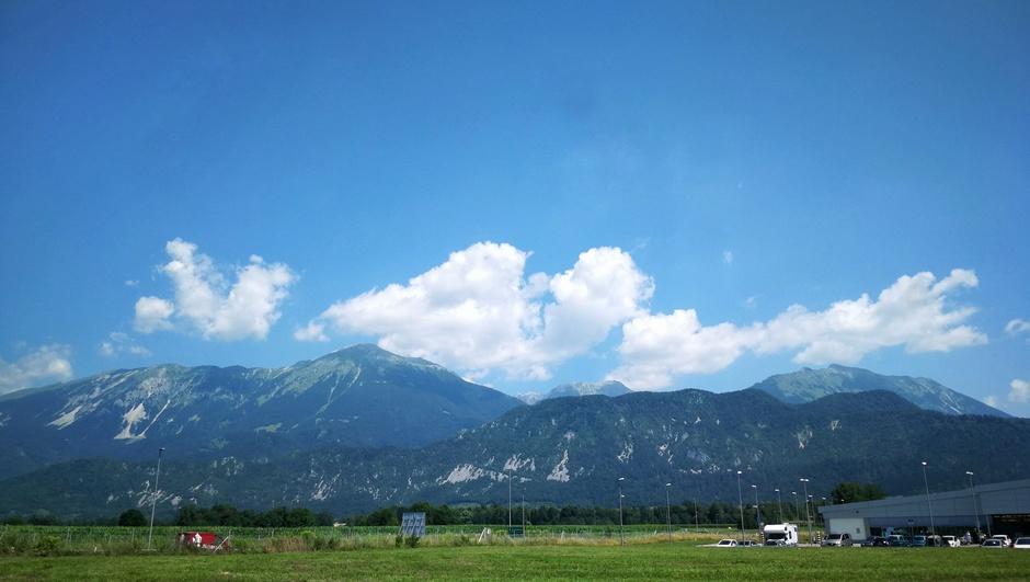 Warm met wat wolken boven de Alpen
