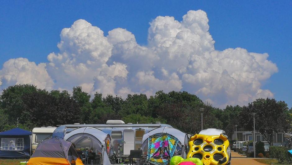 Veel Bloemkoolwolken boven de camping in Istrië