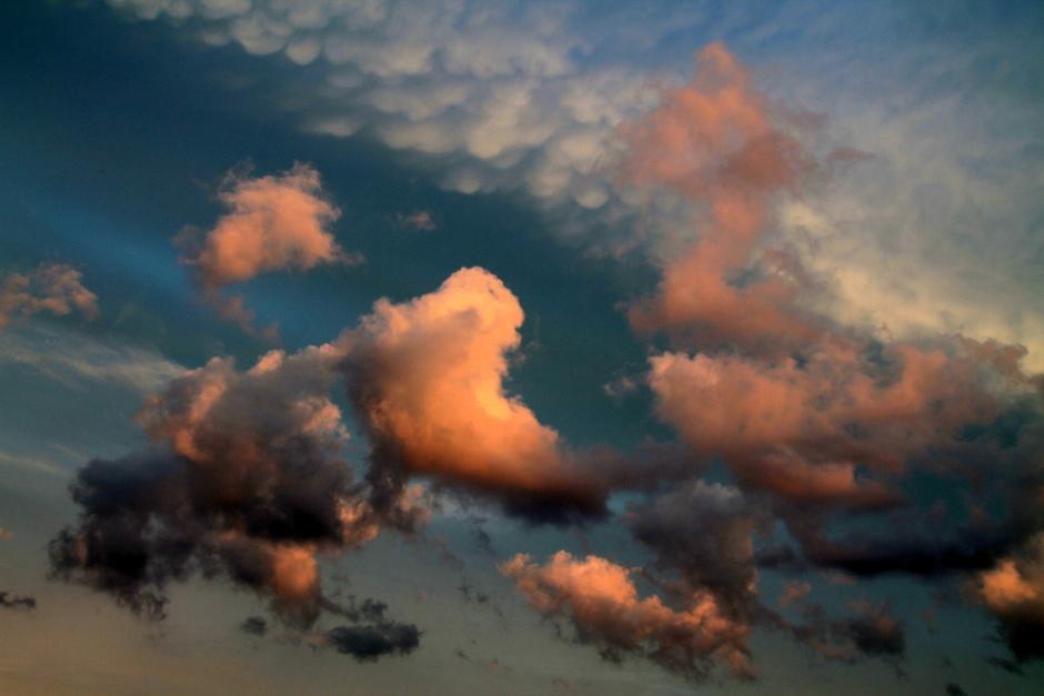 diverse wolken en mamatus  bij zonsondergang