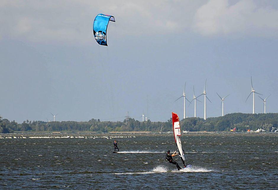 Surfers en Kiters op het Veluwemeer.