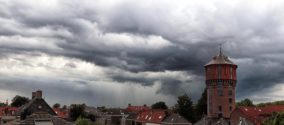Panorama dreigende wolken boven Gorinchem