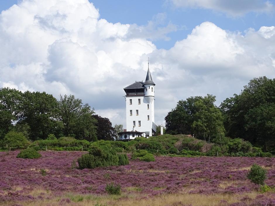 Wolken, paarse heide en een wit torentje! Wat een mooi contrast!