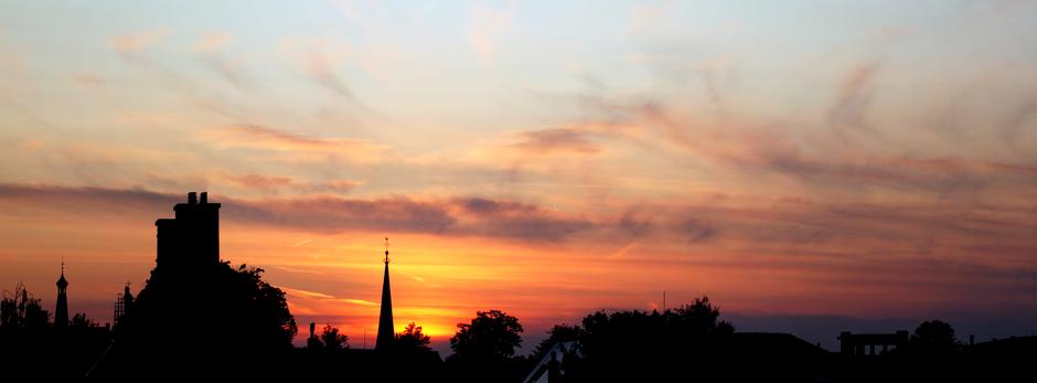 Panorama silhouette avondkleuren boven stad