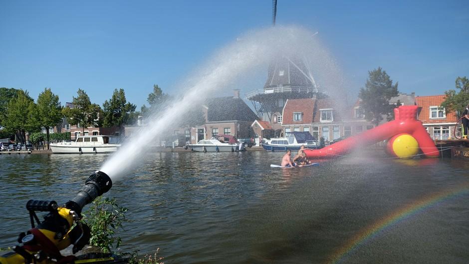 Brandweer brengt verkoeling in Meppel - 3
