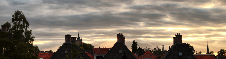 Gorinchem ondergaande zon breekt door de wolken