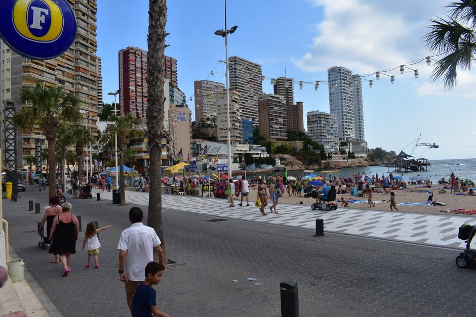 De stad in benidorm aan de zee