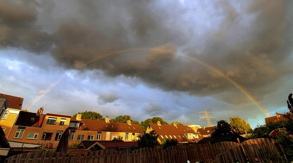 Volle regenboog in mijn achtertuin