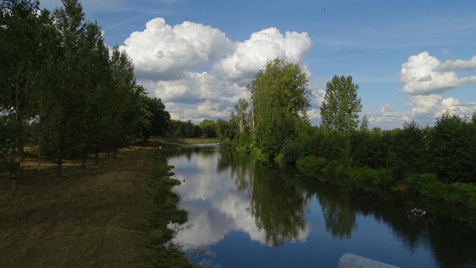 Stapelwolken boven de Roer bij Roermond