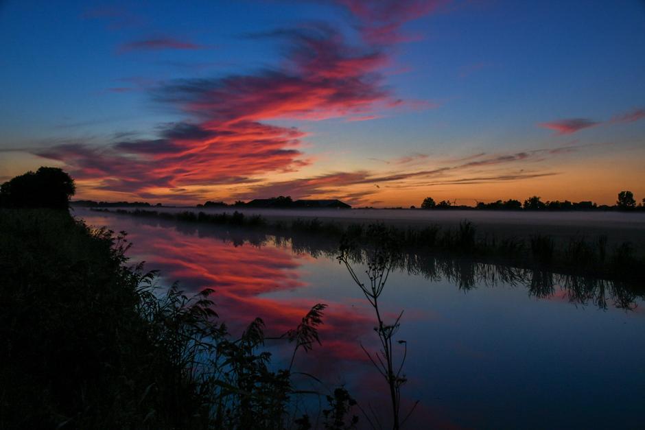 Prachtige verkleuring van de wolken voor zonsopkomst