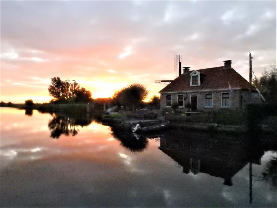 Opkomende zon in Friesland.