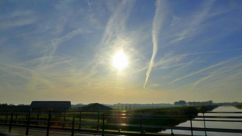 veel zon en vliegtuigstrepen in de lucht