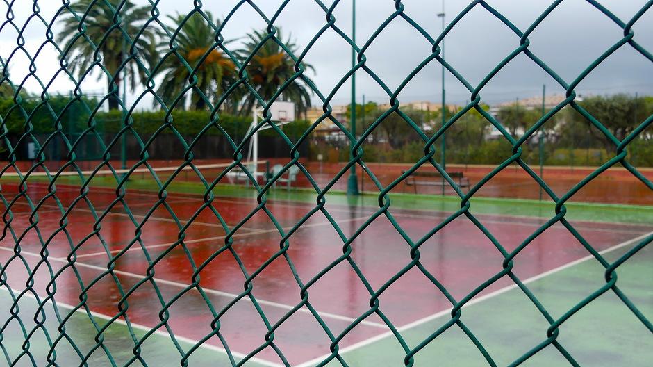 tennisbaan lijkt zwembad