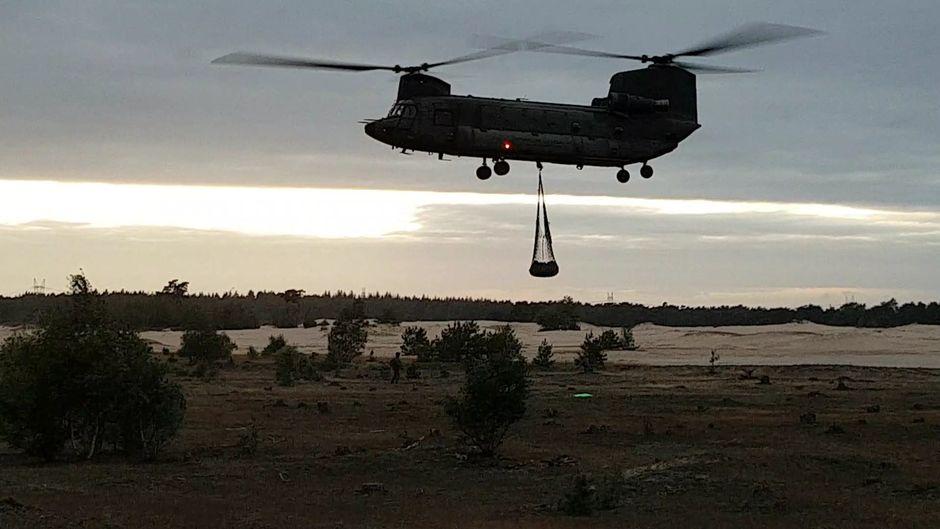 Chinook van Defensie oefent op Beekhuizerzand.