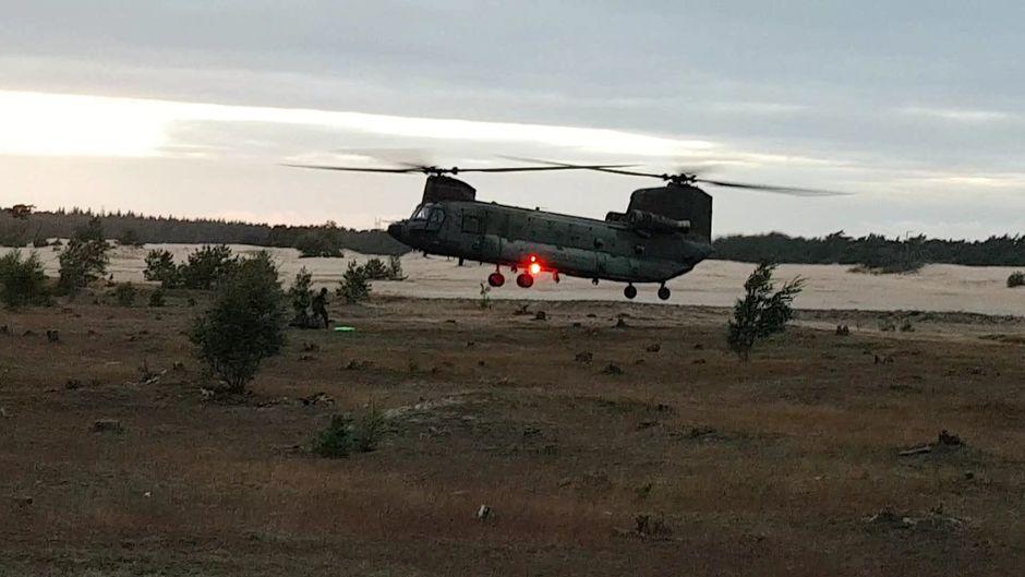 Chinook van Defensie doet oefeningen op Beekhuizerzand.
