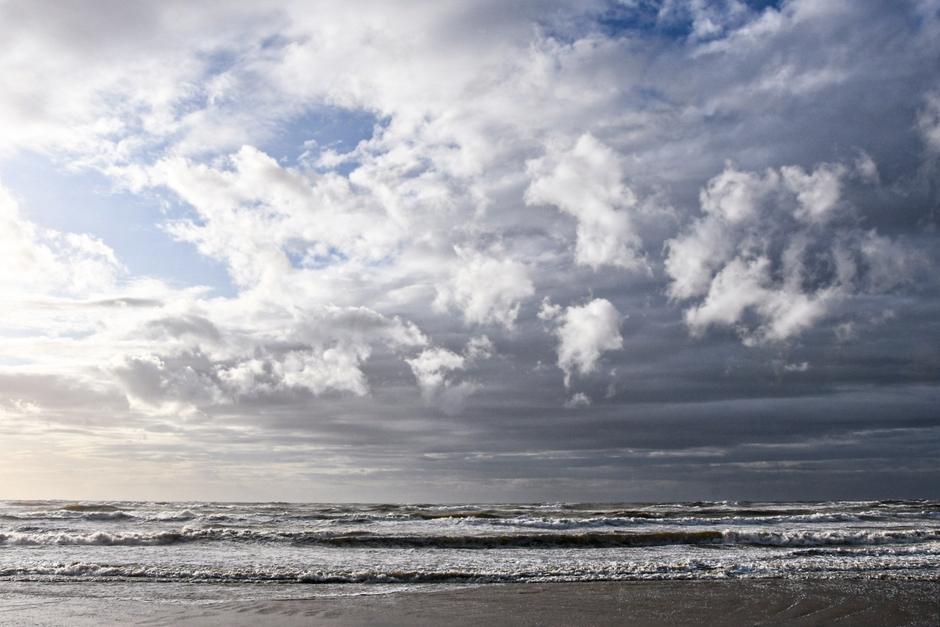 Mooie wolkenluchten en veel wind aan zee