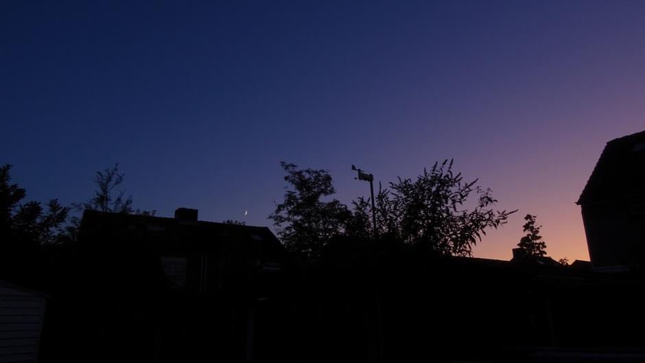 De maan tijdens zonsondergang