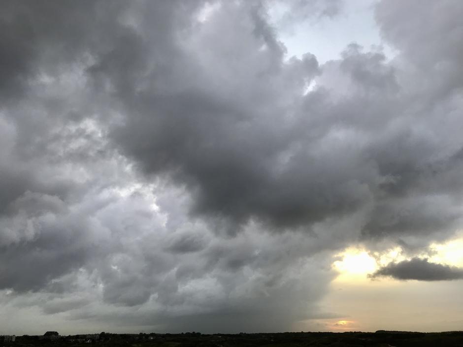 Bui uit zee de zon achter de wolken