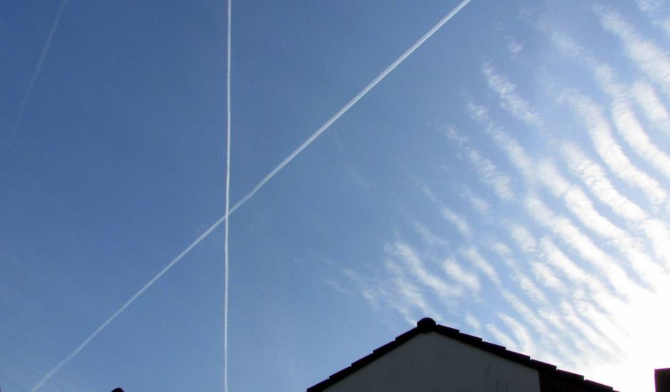 Strepen en ribbels in de blauwe lucht.