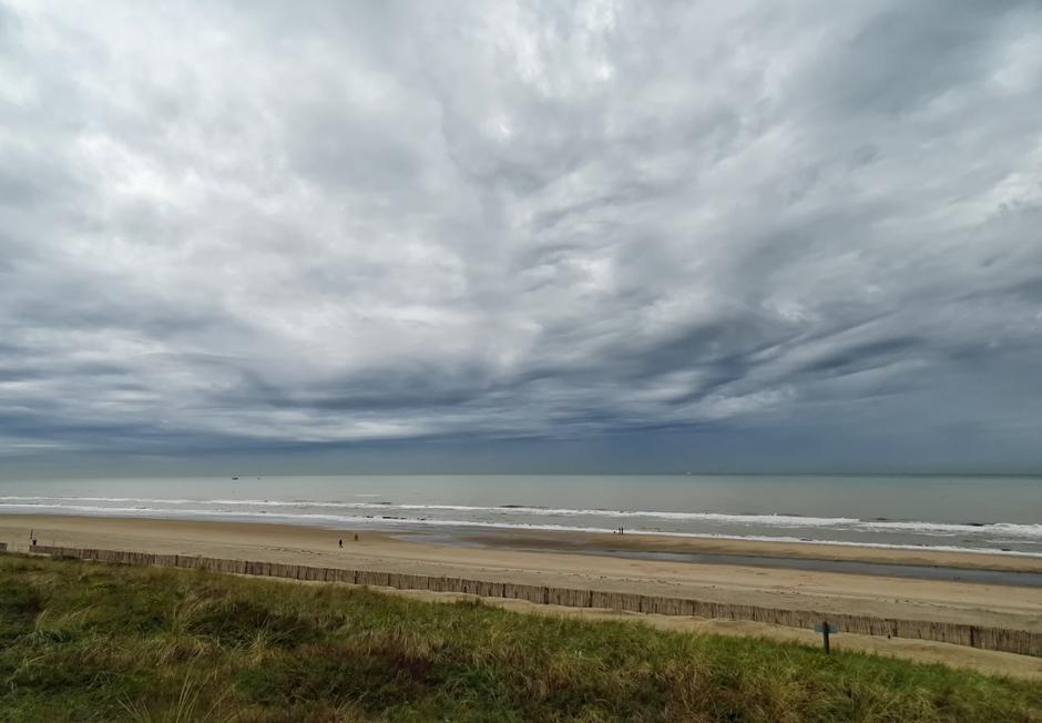 Bijzondere wolkenlucht boven zee, undulatus asperatus