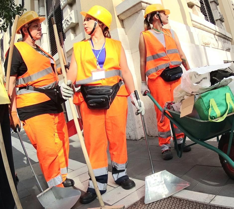 Straatvuil opruimers op de hitte van de dag