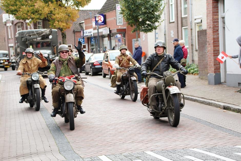 Optocht historische militaire voertuigen.
