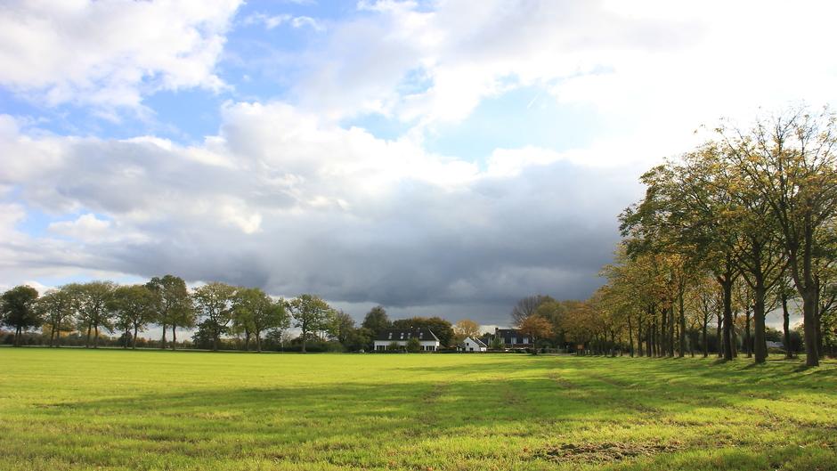 Zonnige herfstdag met mooie wolkenluchten