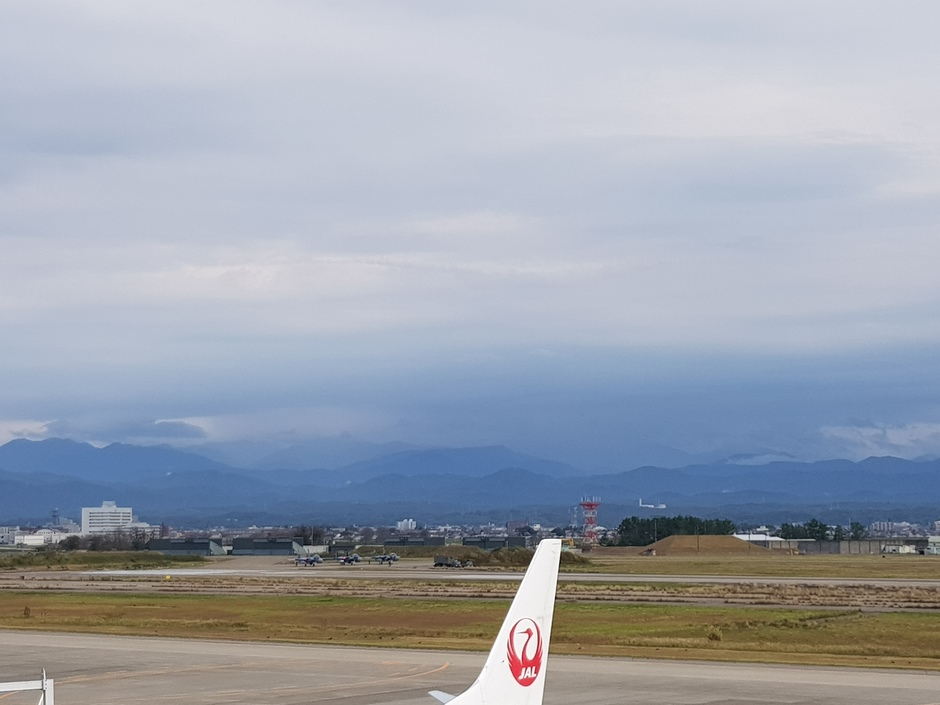 20191029 bewolkt weer in Japan, Komatsu vliegveld
