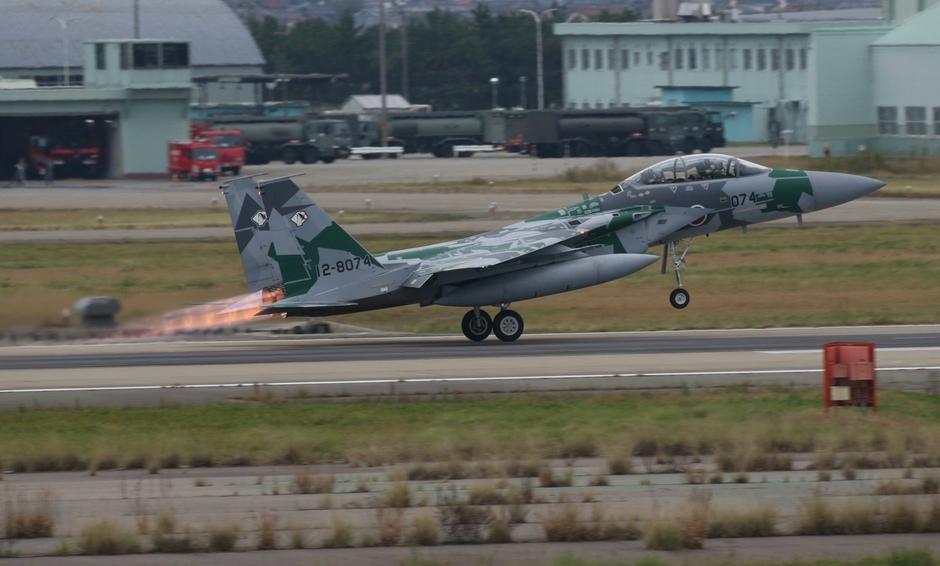 20191029 Een F-15 van de Japanse luchtmacht op vliegveld Komatsu vertrekt met de naverbrander aan