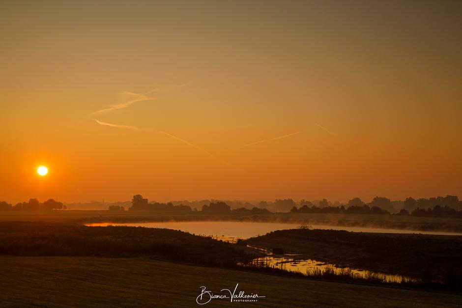 Mooie, nevelige zonsopkomst