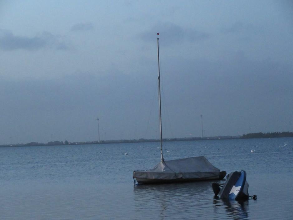Boot met op de achtergrond donkere lucht