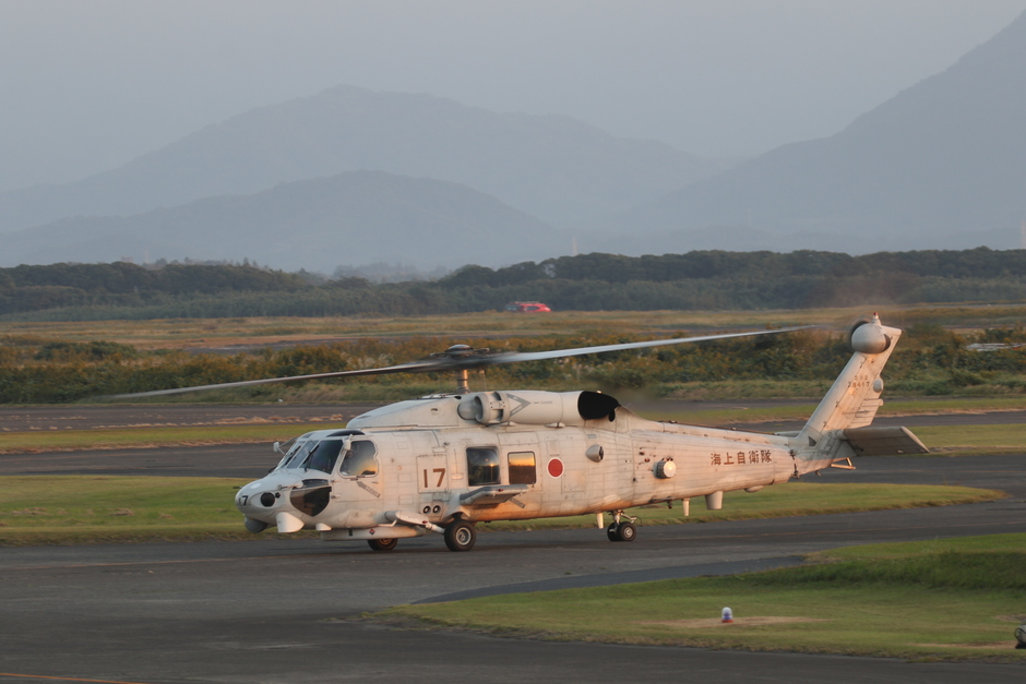20191106 Vandaag was het in Japan weer boven de 20 graden.  En bij zonsondergang  kwam deze helikopter  voorbij in het land van de rijzende zon