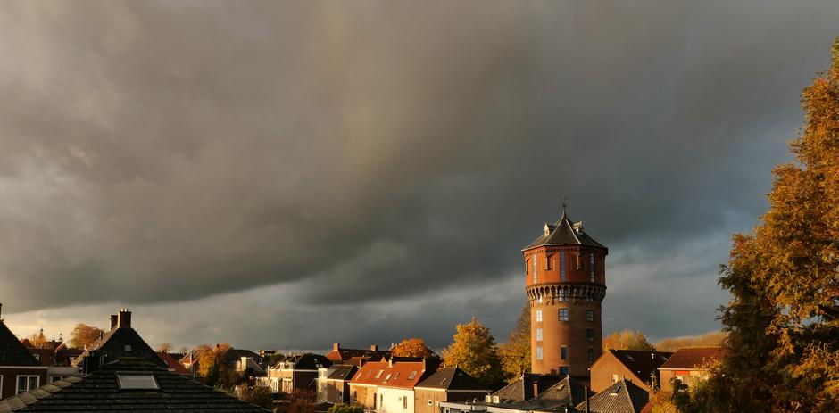 Felle zon en donkere wolken