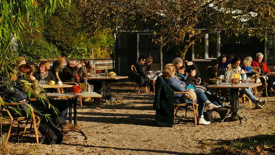 Genieten in de Serre Hilversum uit de wind in de zon, terras bij 6 graden Celsius