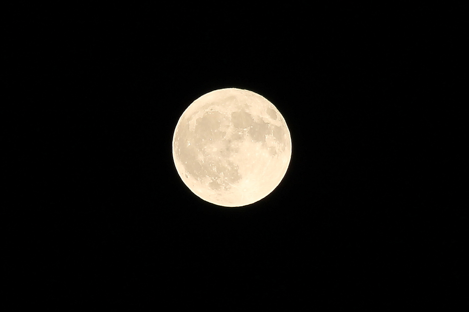 Volle maan op een heldere hemel