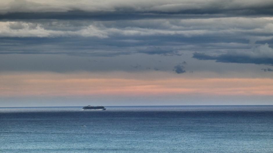 Cruiseschip op zee onder bewolking