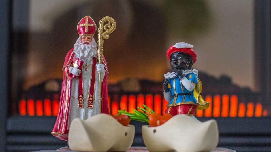 Koude nacht, de Sint en zijn Zwarte Pieten maar voor de kachel zetten.